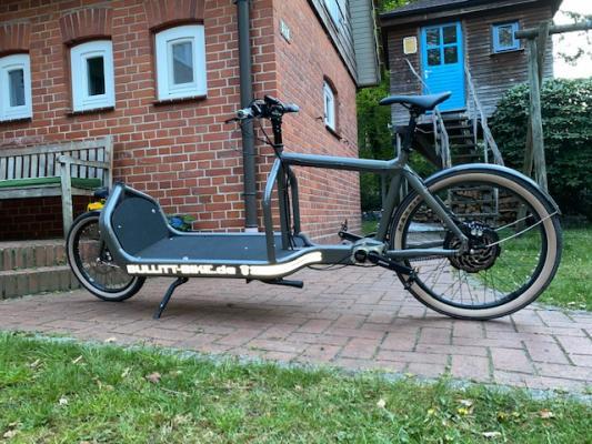 Reflektierender Bullitt-Bike.de Schriftzug mit Rallystreifen